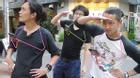 Tận dụng móc phơi quần áo làm giá đỡ smartphone chơi Pokemon GO