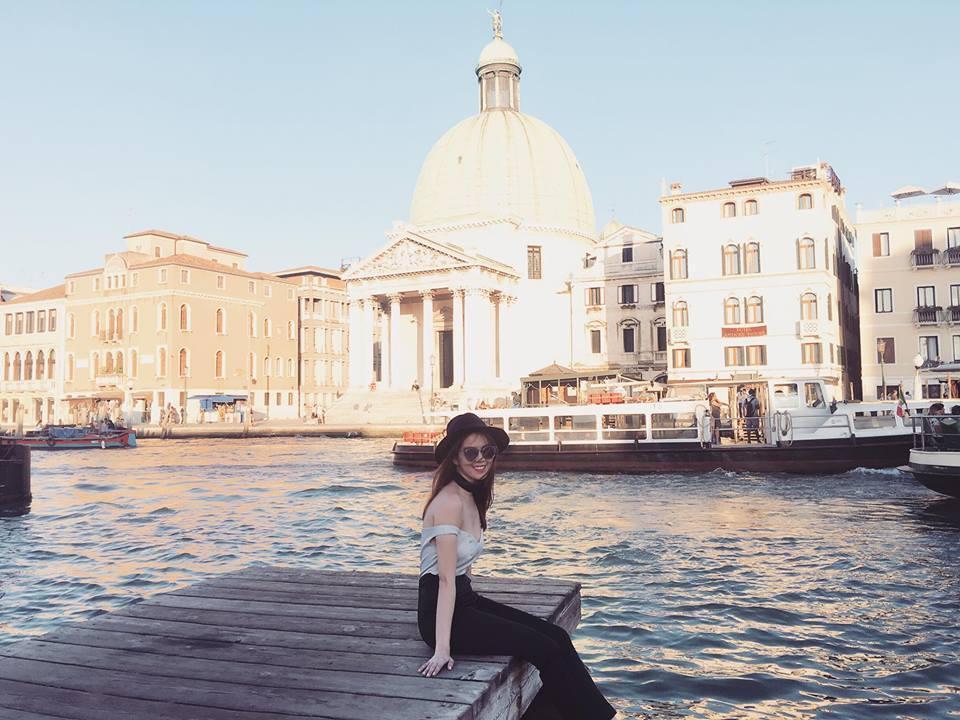 Ngọc Trinh khoe vòng 1 hững hờ tại Ý