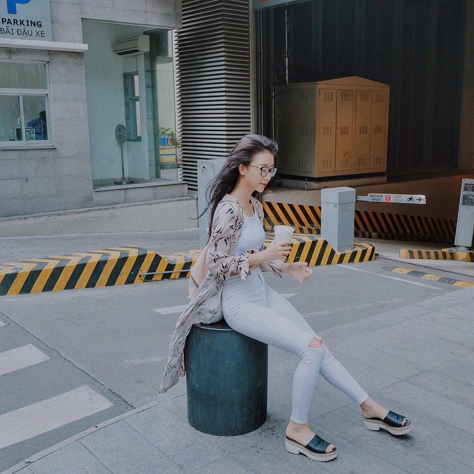 Ở một hình ảnh khác cô nàng lại gây ấn tượng khi xuống phố với cây trắng sành điệu cùng áo khoác họa tiết mỏng thiết kế dáng dài.