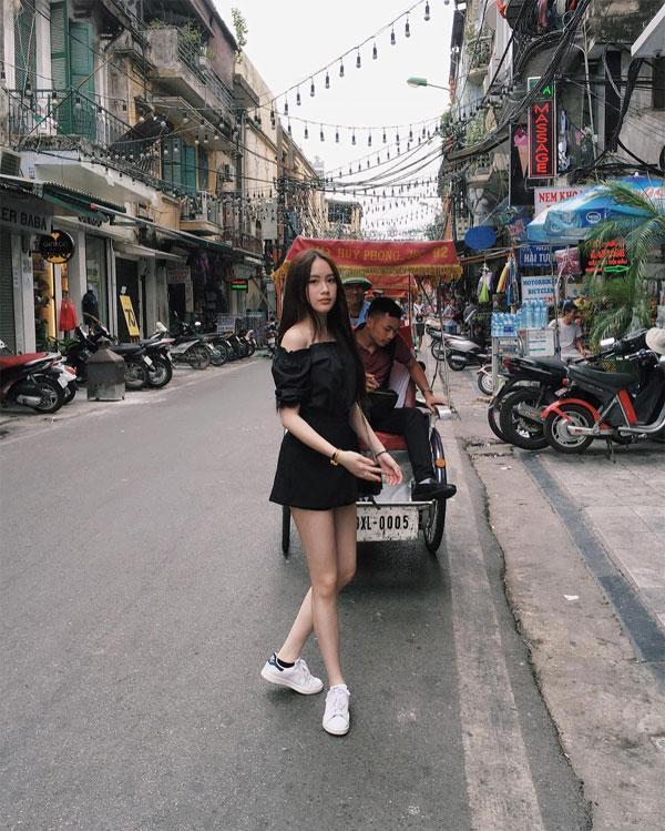 Mai Chi khoe chân dài miên man cực gợi cảm trên phố Hà Nội. Cô nhận được  rất nhiều lời khen ngợi của fan Việt cũng như lời chào mừng  khi về thăm Việt Nam.