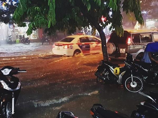 ( Đường Thái Hà bỗng biến mất trong mưa - Ảnh Huy Nguyen )