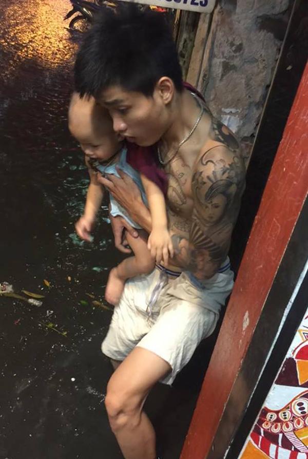 Người dân chật vật sau cơn mưa kéo dài