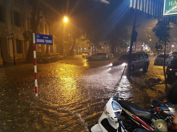 Nước dâng cao trên phố Quang Trung