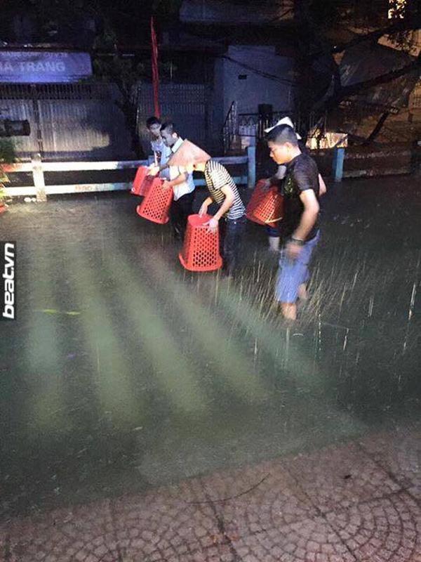 Người dân đổ ra đường bắt cá giữa lòng Hà Nội