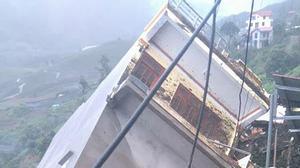 Hãi hùng nửa quả đồi thổi bay cả ngôi nhà 4 tầng ở Sa Pa