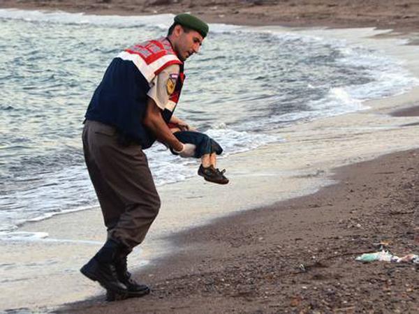 Trước đó, tháng 9/2015, hình ảnh cậu bé Syria bên bờ biển đã khiến cả thế giới bàng hoàng và xót xa về cuộc khủng hoảng di cư ở châu Âu.