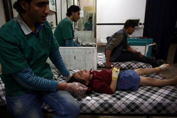 Một bé gái bị thương trong trận pháo kích ở phía đông thủ đô Damascus được điều trị tại bệnh viện thị trấn tháng 4/2016