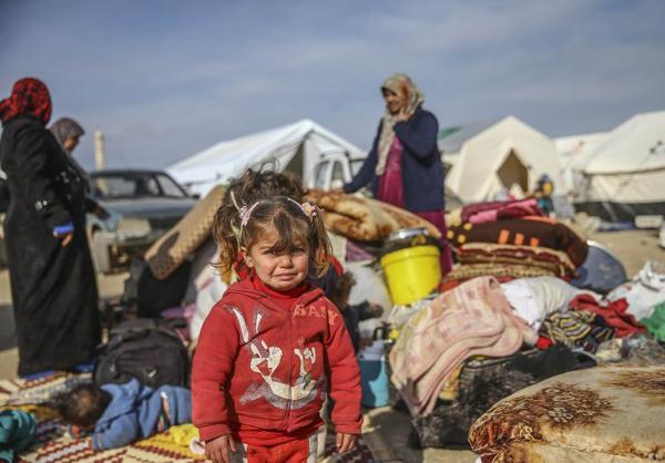 Hình ảnh em bé di cư sống trong lều tạm ở biên giới Thổ Nhĩ Kỳ - Syria. Cô bé cùng gia đình chạy trốn khỏi cuộc chiến tại quê nhà.