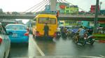 Tài xế xe khách dừng xe giữa đường Hà Nội, xuống tiểu bậy gây xôn xao