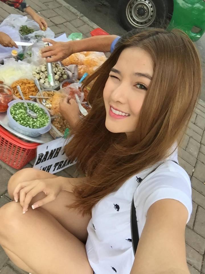 Cô nàng cũng rất hào hứng nếm thử những món ăn đường phố: Bị nghiện bánh tráng trộn.