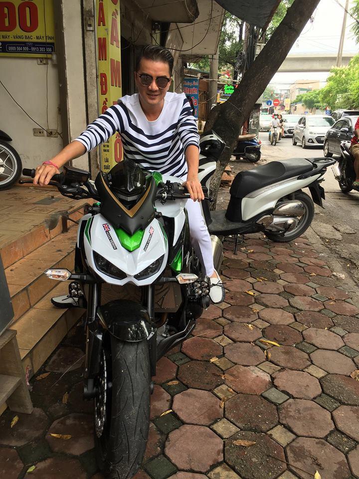 Đàm Vĩnh Hưng thích thú khoe khoảnh khắc cưỡi xe mô tô trên hè phố