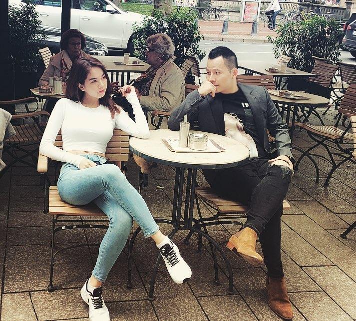 Vũ Khắc Tiệp và Ngọc Trinh ngồi uống cafe khi đi du lịch nước ngoài. Khắc Tiệp viết: