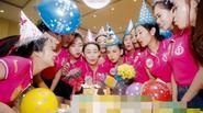 Thí sinh HHVN rưng rưng nước mắt khi được tổ chức sinh nhật