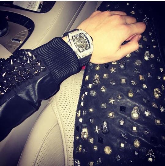 Dennis Do với chiếc đồng hồ hiệu Richard Mille có giá hơn 2,2 tỉ trên chiếc xe Bentley