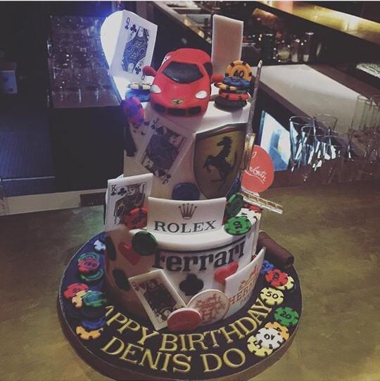 Chiếc bánh sinh nhật được đặt làm có tên các thương hiệu nổi tiếng ưa thích của anh chàng