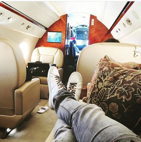 Dennis khoe đôi giày hàng hiệu khi đi máy bay hạng Firstclass   Người bạn của Dennis Do cũng là những thiếu gia cùng chung sở thích sở hữu những món hàng hiệu đắt tiền không kém.