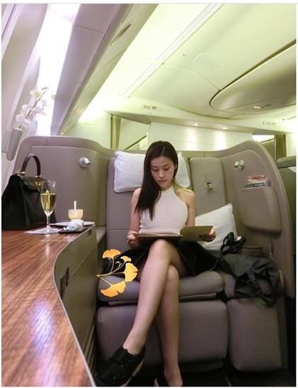 Cô cũng thường xuyên đăng tải ảnh đi máy bay hạng First class