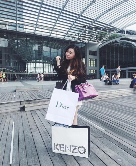 June thường xuyên đăng tải những bức hình thể hiện sở thích shopping của mình