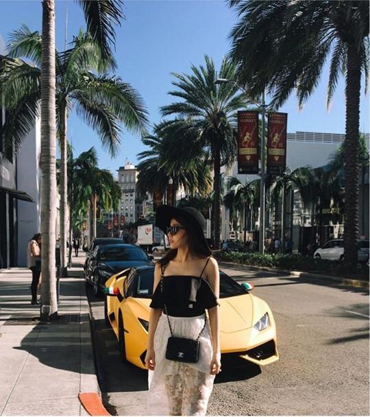 Cô nàng hiện đang sống tại Mỹ thường xuyên đăng tải những món đồ siêu sang mới tậu June Chean – hotgirl mang hai dòng máu Thailand- Việt Nam cũng làm các cô nàng hết sức ghen tị khi thường xuyên đăng tải những bức hình mua sắm hàng hiệu tại các trung tâm thương mại hàng đầu Thế giới cùng bộ sưu tập xa xỉ của mình.