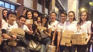 Team Lan Khuê tận tay tặng bánh cho người lang thang giữa đêm khuya