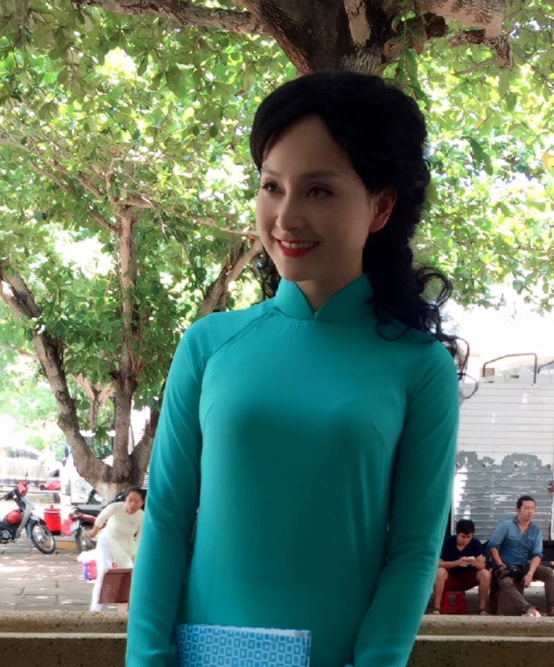 Lan Phương hóa thân vào nhân vật trong phim: Cô giáo năm 1997 ở Hội An.