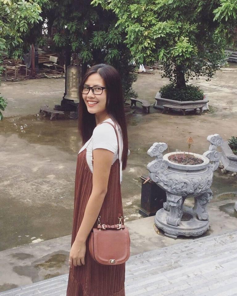 Nguyễn Thị Loan xinh đẹp dễ thương ở đời thường: Em đi lễ chùa.