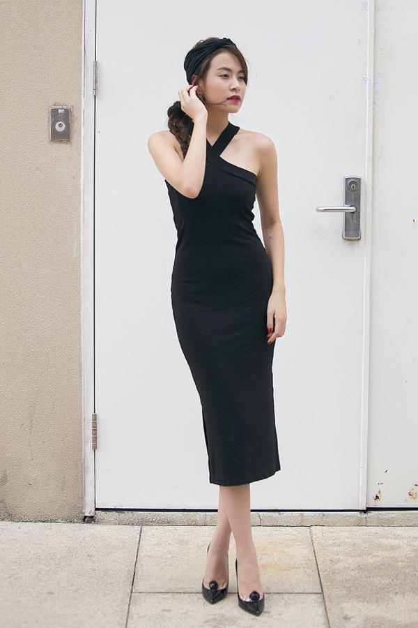 Váy đen ôm sát những đường cong trên cơ thể