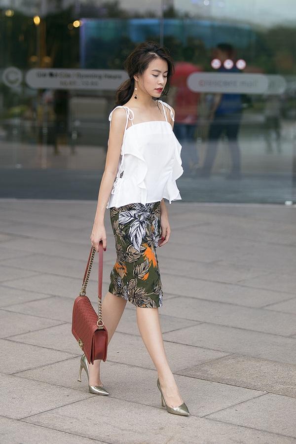 Hay một sự lựa chọn khác với chân váy và áo hai dây trắng mềm mại