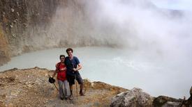 Hồ nước nóng sôi sùng sục hút khách dù nguy hiểm rình rập
