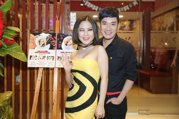 Mới đây, xuất hiện trong một buổi tiệc sinh nhật ấm cúng một người bạn thân, Hương Tràm gây chú ý với chiếc đầm quây màu vàng ấn tượng và hơn cả, cô khoe được vòng một khác lạ so với trước đây.