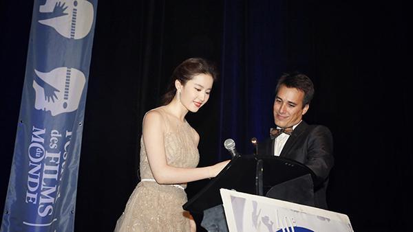 Người đẹp thay mặt nhận giải thưởng cho bộ phim