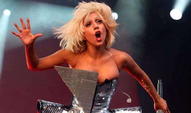 Lady Gaga gây tranh cãi ngày trở lại showbiz
