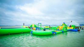 Giới trẻ hào hứng với nhà phao trên mặt nước ở Lâm Đồng