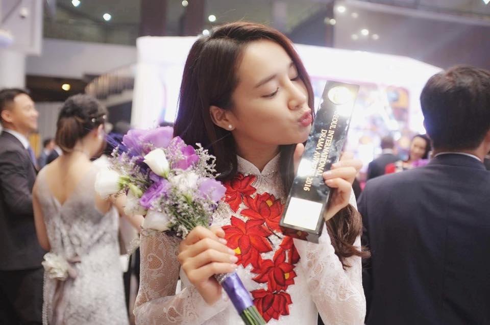 (2Sao) - Nhã Phương đã chia sẻ cảm xúc của mình sau khi thắng giải thưởng  Ngôi sao Châu Á. Qua đây, nữ diễn viên lại khiến fans hâm mộ quê nhà ...
