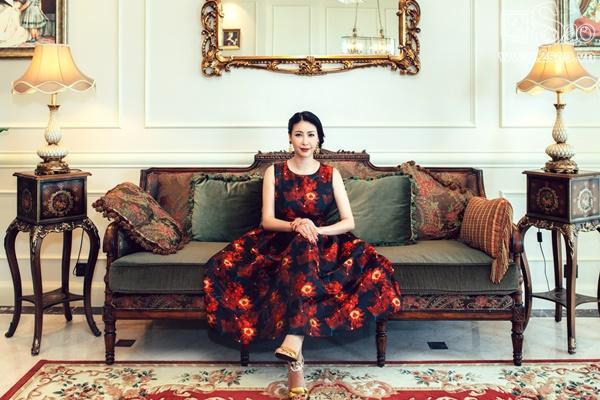 Hoa hậu Hà Kiều Anh diện dáng váy xòe với gấm hoa đỏ nổi bật. Cô kết hợp trang phục  cùng phụ kiện ánh kim bắt mắt.
