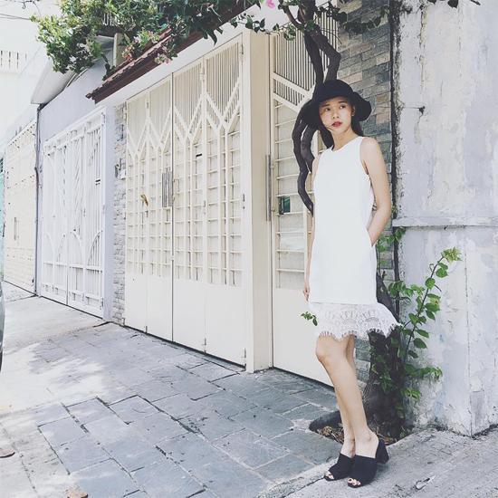 Khi diện váy trắng dáng suông, Midu thông minh kết hợp cùng phụ kiện màu đen để khiến mình nổi bần bật.