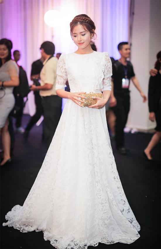 Với chiếc váy trắng dài thướt tha, Midu lựa chọn tóc tết vấn tạo nên diện mạo như nữ thần.