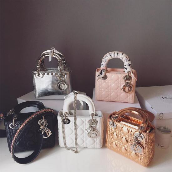 Midu yêu thích những chiếc túi Lady Dior và cô sắm 5 mẫu với màu sắc khác nhau. Tùy vào chất liệu, kiểu dáng mà giá dao động từ 70 - 100 triệu.