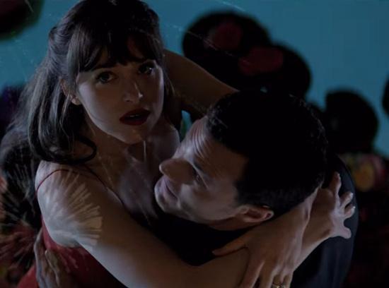 Điều này khiến người xem cảm thấy hơi bất ngờ khi ở đoạn cuối phần 1, cặp  đôi đã chia tay khi Anastasia không thể chịu được thói bạo dâm của người  tình.