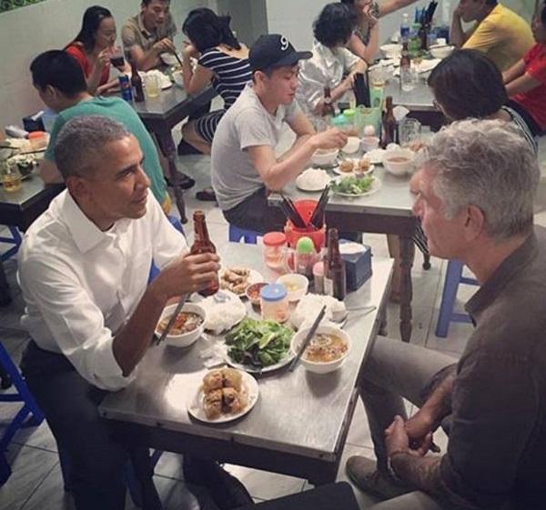 Ông Anthony cũng cho hay Tổng thống Mỹ thích ngồi ghế nhựa và mê bia lạnh ở Việt Nam