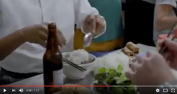 Đầu bếp hướng dẫn Tổng thống Obama cách dùng đũa khi ăn bún chả (Ảnh cắt từ clip)