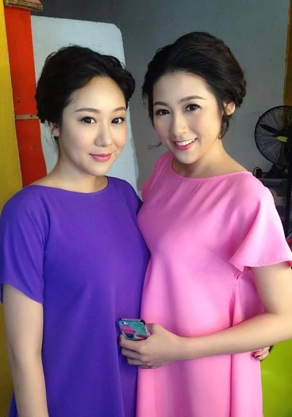 Á hậu Dương Tú Anh và Hoa hậu Ngô Phương Lan giống nhau như chị em song sinh. Gần như không tìm được điểm khác biệt nào giữa họ trong tấm hình chung này.