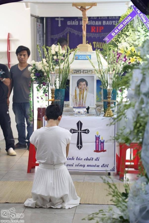 Vào thắp nén nhang tạm biệt người anh Minh Thuận