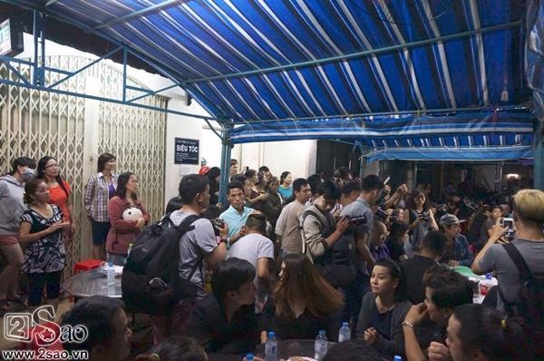 Người dân hiếu kỳ tập trung xung quanh nhà của cố ca sĩ Minh Thuận