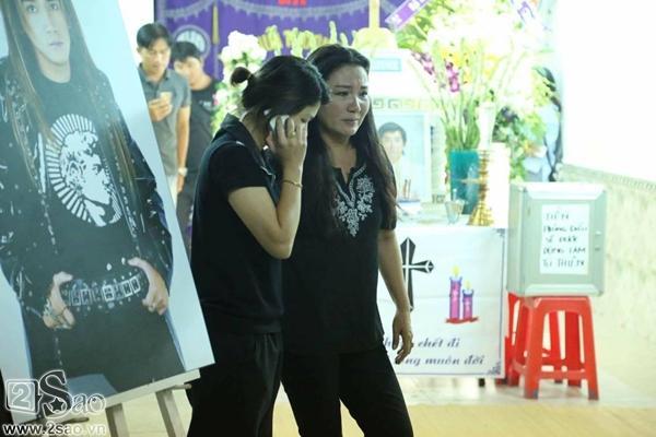 Người đồng nghiệp Ngân Quỳnh khóc sướt mướt từ lúc tới nhà Minh Thuận, cô là một trong những thí sinh tham dự Gương mặt thân quen cùng anh.