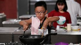 Đầu bếp nhí Việt nấu ăn khéo không kém người lớn