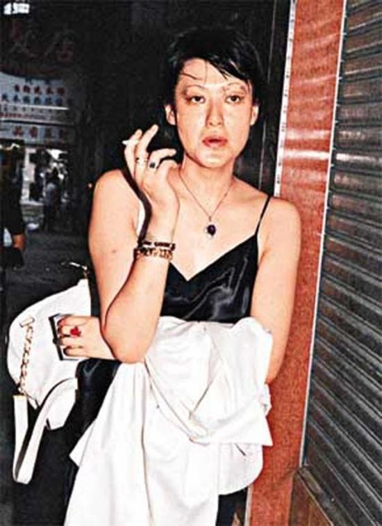 Trần Bảo Liên với những thương tích do say rượu, đánh nhau trong quán bar.  Nam 1992, Trần Bảo Liên gặp gỡ thương gia Hoàng Nhậm Trung, một người đàn ông giàu có ngoài 50 tuổi và đã có gia đình. Mối quan hệ này đã vấp phải chỉ trích của công chúng mặc dù cả hai luôn cho biết họ chỉ là cha nuôi và con gái. Cũng chính lúc này, Trần Bảo Liên dính vào nghiện ngập, nhiều lần vào viện do sử dụng ma túy quá liều và sự nghiệp từ đó cũng xuống dốc. Năm 2002, nữ diễn viên đã tự tử khi nhảy từ tầng 24 của căn hộ mình đang sinh sống dù mới làm mẹ được 15 ngày. Cho đến giờ vẫn không ai biết được cha của con trai Trần Bảo Liên là ai bởi lúc còn sống, cô có quá nhiều mối quan hệ nam nữ.