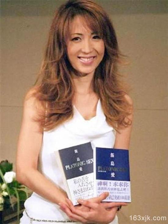Ai Iijima trong buổi họp báo ra mắt cuốn tự truyện kể về con đường trở thành nữ  hoàng phim khiêu dâm.