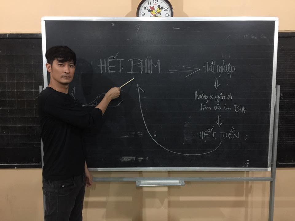 Huy Khánh hóm hỉnh chia sẻ: Hôm nay học bài Hết Phim nhé các bạn.