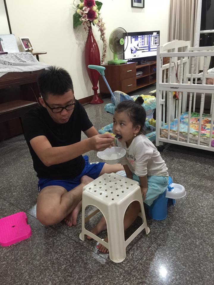 Ốc Thanh Vân hạnh phúc tiết lộ khoảnh khắc chăm sóc yêu thương con của ông xã.